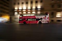 Filtrado--Un servicio de autobús que va abajo de la calle de Cavour fotos de archivo