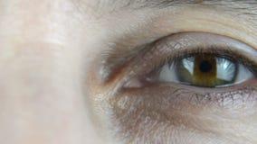Filtrage au-dessus d'un oeil du ` s de femme banque de vidéos