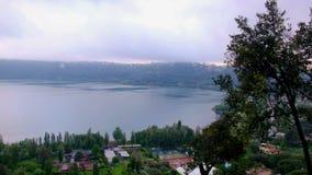 Filtrage au-dessus du cratère volcanique de lac d'Albano Lake de Lago di Abano au Latium dans la région Romani de Castelli - Rome clips vidéos