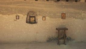 Filtrage de la salle de prière dans laquelle les moines ont prié dans le monastère antique de caverne de Vardzia en Géorgie banque de vidéos