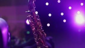 Filtrage du saxophone tiré barre Le saxophone se tient sur le plan rapproché d'étape clips vidéos