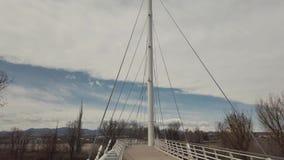 Filtrage en bas d'un pont suspendu blanc banque de vidéos