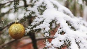 Filtrage juste vers la gauche au-dessus de l'arbre de Noël dans la neige banque de vidéos