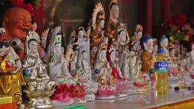 Filtraggio del colpo alle figurine buddisti in tempio cinese stock footage