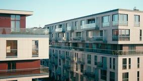 Filtraggio del colpo di nuove costruzioni di esterno complesso residenziale dell'appartamento moderno archivi video
