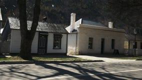 Filtraggio del colpo di vecchi cottage nel arrowtown video d archivio