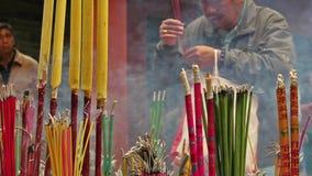 Filtraggio del colpo in tempio buddista cinese con la gente archivi video