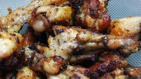 Filtraggio del pollo fritto della gamba nel setaccio stock footage