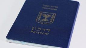 Filtraggio a destra del passaporto israeliano su fondo bianco stock footage