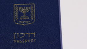 Filtraggio a destra del passaporto israeliano su fondo bianco video d archivio