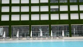 Filtraggio giù della costruzione e della piscina all'albergo di lusso moderno Immagine Stock