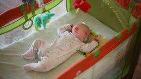 Filtrando a câmera no bebê pequeno que dorme em uma ucha video estoque