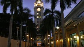 Filtrando colpo aloha della torre a Honolulu al crepuscolo stock footage
