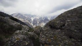 Filtrando a pedra do throug na inclinação da montanha de Himalaya vídeos de arquivo