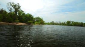 Filtrando sopra l'acqua lungo litorale archivi video