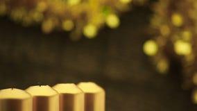 Filtrando sopra le candele di natale di illuminazione della mano archivi video