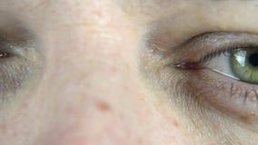 Filtrando sopra un occhio del ` s dell'uomo video d archivio