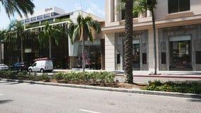 Filtrando a vista de lojas luxuosas e de carros de esportes exóticos em Rodeo Drive famoso filme