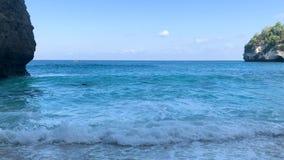 Filtrant les vagues de indication de turquoise de tir lavant à terre sur la plage reculée de sable blanc banque de vidéos