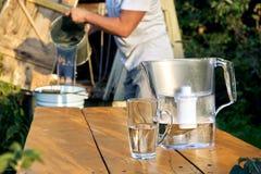 Filtration d'une eau de puits utilisant un filtre d'eau à la campagne photographie stock libre de droits