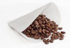 Filtre de café complètement des haricots entiers Images libres de droits