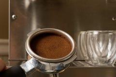 Filtre de café express avec du café Images stock