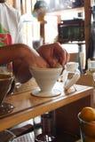 Filtre de papier d'endroit de main pour le café de égouttement photos stock