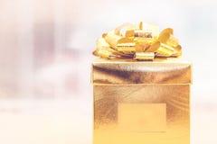 Filtre de vintage, boîte actuelle d'or au fond de tache floue, vacances concentrées Photos stock