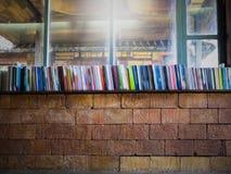 Filtre de vintage sur le mur en béton d'étagères à livres et de vintage, brouillé Image stock