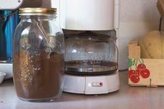 Filtre el dispositivo del café y el café en un tarro, listo para hacer Fotos de archivo