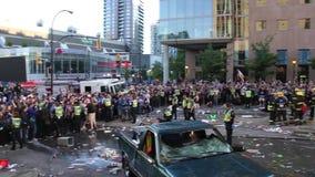 Filtre esquerda para a direita da multidão maciça do tumulto - 1080p vídeos de arquivo