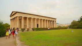 Filtre o tiro do território verde bonito perto do templo antigo, arquitetura antiga filme