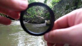Filtre polarisant pour l'objectif de cam?ra dans la photographie banque de vidéos