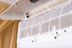 Filtre sale de climatiseur Maintenanc de nettoyage et de lavage Image stock