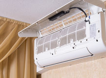 Filtre sale de climatiseur Maintenanc de nettoyage et de lavage Images stock