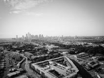 Filtrerad bästa sikt Dallas Downtown för bild från Treenighetdungar med blå himmel för moln royaltyfri foto