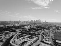 Filtrerad bästa sikt Dallas Downtown för bild från Treenighetdungar med blå himmel för moln royaltyfri fotografi