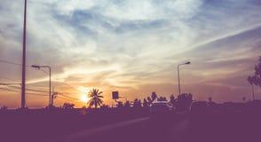 Filtrerad tappning: konturlandskap av bilar på vägen, solnedgång s Royaltyfri Fotografi