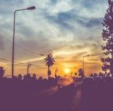 Filtrerad tappning: konturlandskap av bilar på vägen, solnedgång s Royaltyfria Foton