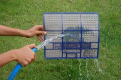 Filtrerar smutsigt damm för rengöringen och att göra ren damm på dammfiltret Royaltyfria Bilder