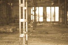 Filtrerat Abandoned vandaliserat smutsigt industriellt fördärvar inom Arkivbilder