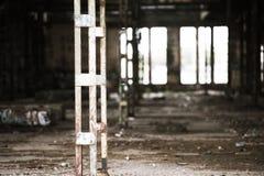 Filtrerat Abandoned vandaliserat smutsigt industriellt fördärvar inom Arkivfoto