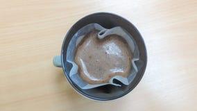 Filtrerat kaffe på trätabellen royaltyfri foto