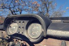 Filtrerat tappningfoto av den rostiga hastighetsmätaren på bilkontrollbordet Royaltyfri Foto