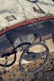 Filtrerat tappningfoto av styrninghjulet och den rostiga hastighetsmätaren på instrumentbrädan Royaltyfri Fotografi