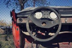 Filtrerat tappningfoto av styrninghjulet och den rostiga hastighetsmätaren på instrumentbrädan Royaltyfri Bild