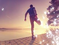 filtrerat Ung manlig löpare som joggar på sjön arkivfoto