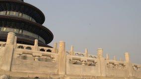 Filtrez l'inclinaison vers le bas aux escaliers du temple du Ciel dans Pékin banque de vidéos