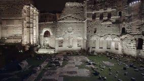Filtrez le tir des ruines près de Colosseum la nuit d'hiver, Rome, 2018 banque de vidéos