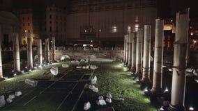 Filtrez le tir des ruines près de Colosseum, Rome, Italie la nuit 2018 d'hiver banque de vidéos